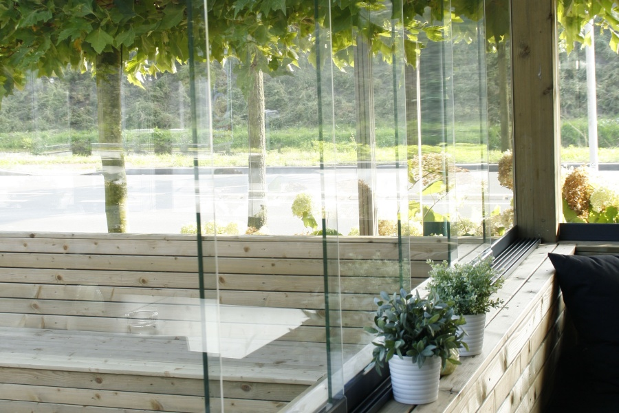 Glazen wanden en windschermen voor terras en balkon - Gordijnen voor overdekt terras ...