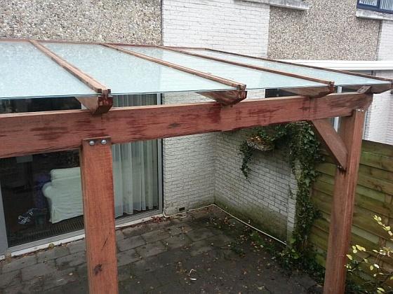Houten pergola met glazen dak laten plaatsen - Dak van pergola ...