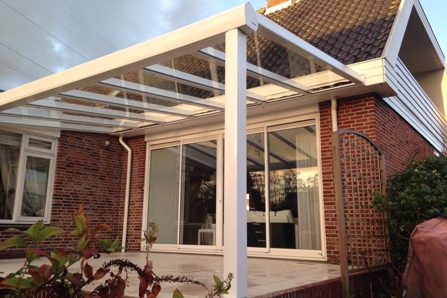 Terrasoverkapping met verandazonwering en glazen schuifwanden voor woning oegstgeest - Terras met houten pergolas ...